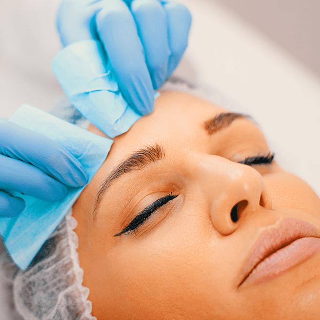 果酸煥膚可應用於治療和改善各種皮膚狀況,如﹕ 曬傷、色素問題(包括黃褐斑)、粗糙暗沉和乾燥皮膚等問題。 此外,果酸煥膚亦有助減淡皺紋,改善鬆弛及疤痕,甚至提升皮膚整體健康。